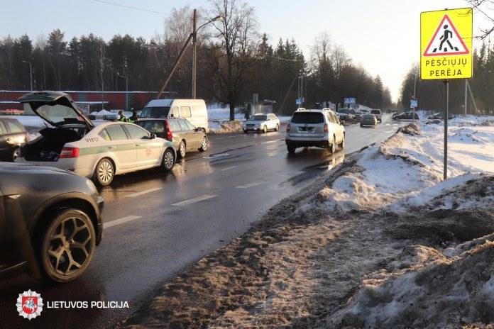 Vasario 22-ąją eismo įvykiuose nukentėjo pėsčiasis ir mažametis keleivis
