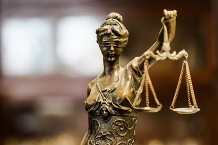 Teismas išteisino asmenis dėl apgaule įgyto didelės vertės svetimo turto